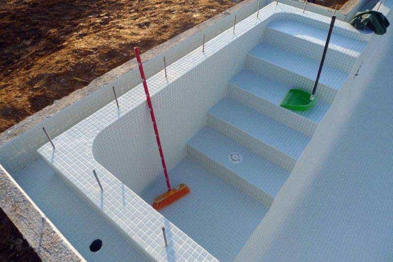 Construcci n de una piscina ad arquitectura for Piscinas con gresite blanco
