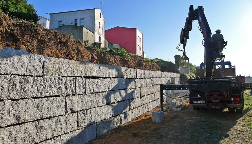 Construcci n muro escollera de granito for Construir muro de bloques
